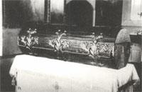 Дубовая колода,в которой помещался кипарисовый гроб с цельбоносными останками святого Серафима